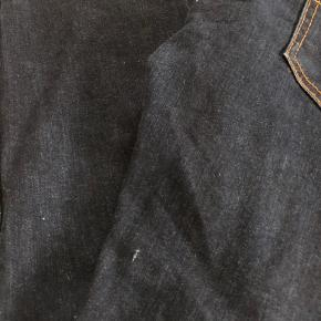 Varetype: Bukser Størrelse: 12år Farve: Mørkeblå Oprindelig købspris: 550 kr.  Super fede cowboybukser med lidt stræk i, brugt få gange, der er lille vævefejl i stoffet 2 steder, det er ca 2-3 mm og ikke noget man ligger mærke til overhovedet og der er på ingen måde hul i stoffet                                Bytter ikke og prisen er fast