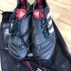 Fodboldstøvle fra Adidas str 44 2/3. Brugt få gange.