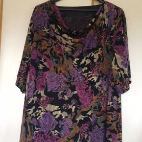 Smuk bluse uden mærker. bm 80 x 2 og læ 78 cm.