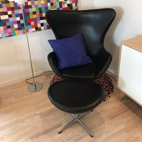 Sælger denne smukke stol og skammel i læder. Hentes i Bramming.