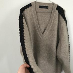 Zara strik. Fint mønster på ærmerne - og et langt udsnit.  BYD