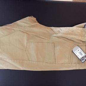 Helt nye lækre bukser fra Ariwalk.  Størrelse 32.  Sandfarvede. Sælges da de er for små til min søn. Prisskiltet siger 45£.