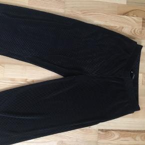 Bukserne er en large og t-shirten er en small. Sælges samlet til 200