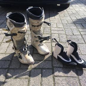 Rigtig fine begynder motocross støvler, af mærket Wolf.  De er fuld funktionsdygtige, men mangler en spænde på højre støvle(se billede), samt skræmmer forskellige steder(se billede). Str. 40 Prisen kan forhandles😉