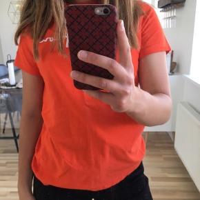 Fed T-shirt fra Champion i str. XS (fitter også en S) ⛷ aldrig brugt! Kan afhentes i Mørkhøj eller sendes med DAO for 38 kr. 🌻