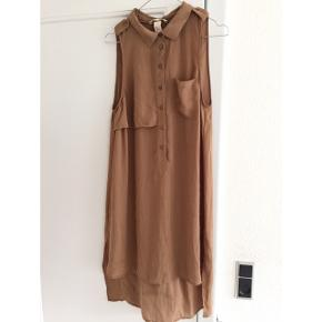 Lang kjole i let stof. Længere bagpå end foran. Størrelse 40. Rigtig fin at bruge med en striktrøje over.  Sender gerne med DAO :)