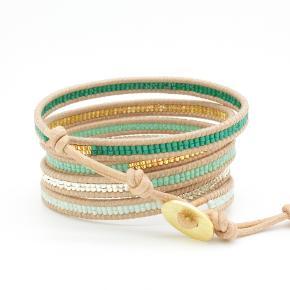 Wrap armbånd i natur læder med små perler i seafoam, sølv, chrysophase, guld og grøn  Armbåndet vikles om håndleddet 5 gange og har justerbar længde 87/90/93 cm  prisen er 350kr.