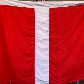 God stand Dannebrogs flag måler cirka 150 g 200 cm
