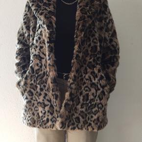 Flot faux pels jakke fra H&M. Aldrig brugt og i størrelse Medium. Nypris; 500