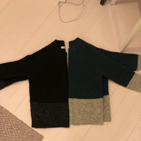 To sweatre. Den sorte er xs. Den grønne er s. De er store i størrelsen begge to. Køb dem begge for 150. Ellers 100kr stk