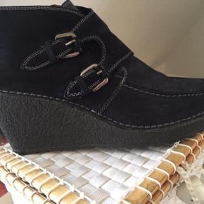 #30dayssellout Brand: Pons Quintana - NU YDERLIGERE NEDSAT nu til 200 kr Varetype: wedges i ruskind - som ny - str. 39 Farve: dybmørkeblå Oprindelig købspris: 1600 kr.   Disse lækre sko har været på en enkelt gang (er købt for små)   farven er dyb marineblå - næsten sort - (blå/sort) ...