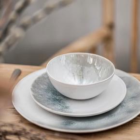 Stadig i kasser, ikke pakket ud. 4 x middagstallerkner 29cm / 4 x frokosttallerkner og 4 skåle. Værdi 2250kr. Kan afhentes på Østerbro.  Middagstallerkenerne, frokost og skåle er fremstillet i stentøj og er af høj kvalitet og har forskellige glasurer. Eftersom de er håndglaseret varierer de naturlige toner af hvidt, gråt og blåt og er forskellige fra produkt til produkt og det viste billede. Stentøjet er fremstillet i Portugal og kan komme i opvaskemaskinen og kan bruges i ovnen og mikroovn.  Følelsen af at dække bord med Salt er som en rolig tur ved havet, hvor bølgerne skyller op på stranden, for siden hen at trække sig tilbage igen. Det er netop den bevægelse, som vores glasurer afspejler – som et aftryk fra det salte, skummende vand og naturens ydmyge skønhed.  Artikelnummer: 10011074 Tåler mikrobølgeovn: Ja Tåler opvaskemaskine: Ja
