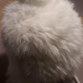 Helt ny hue i 100% Kanin pels. Aldrig brugt. Lækker varm og blød