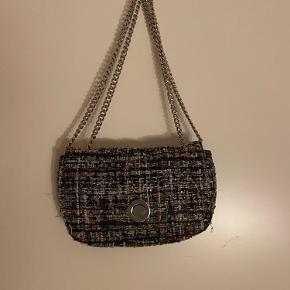 Super fin taske kan både bruges som crossbody og skulder taske.  Brugt få gange, byd!
