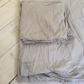 Aiayu sengetøj i fin lys grå tone. 1 pudebetræk + 1 dynebetræk i længden 220cm.  Brugt få gange. Som nyt.