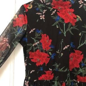 Lang, blomstret kjole fra Envii.  Går til lige over anklerne.  Transparent stof med fastsyet underkjole på overkrop og ben ned til knæ. Udsparing på ryggen og bindes i nakken. Er elastisk og sidder tæt på overkroppen.   Str. S Brugt en enkelt gang.   Kan hentes i Aarhus C eller sendes med Dao.