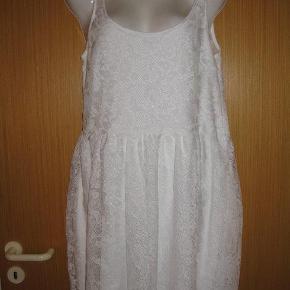 """Varetype: ny blonde kjole med dyb ryg - bryllup/konfirmation (9848) Farve: se billeder  Ny ubrugt """"Lucinda"""" kjole fra Gina Tricot. 100% polyester. armhule og ned ca. 65cm. armhule til armhule ca. 48cm (kan give sig lidt)"""