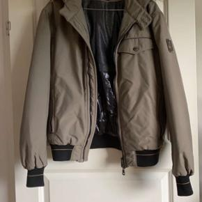 Fin vinter jakke, den er blevet brugt få gang. Så meget fin stand. Der er ægte pels på den. Det er en lille L, så men M kan også godt passe den
