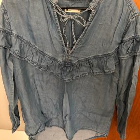 Skjorte fra Gina Tricot. Brugt én enkelt gang. Fejler intet.