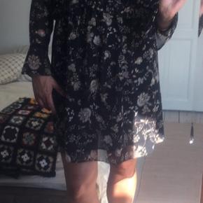 Skøn let og påklædt kjole til kontoret eller ude i sensommeren. 🌞🥿👡👠 Flot med strømper i vinterhalvåret også.  Str. L fra Mango. Til lige over knæet på mig (er 180 cm). Næsten som ny.  MP uden gebyr og porto er fast: 250kr.  #bryllup #konfirmation #sensommer #efterår #sommerfest #sommerkjole #fest #sommer #selskab #galla #business #casual