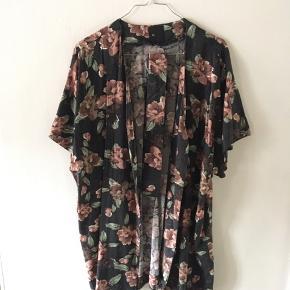 Kimono m. bånd, købt i London. Brugt et par gange - kan afhentes eller sendes med DAO 😊