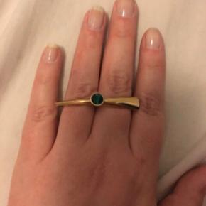 Varetype: Double Ring Størrelse: Mellem Farve: Guld/Grøn  Super flot double ring forgyldt med 14 karat guld med grøn sten.  ALDRIG BRUGT - BYTTER IKKE  Generelt: Hvis I ønsker mine ting sendt i boblekuvert eller som forsikret pakke, så oplys venligst dette, så det kan lægges oveni prisen.