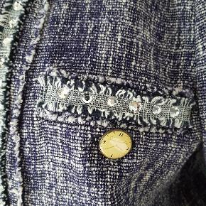 Superflot jakke - brugt 2 gange. Mange fine detaljer. Lille str. 42 (svarer vel til 40) Bryst 60/ Længde 62/ ærme 64  Køber betaler fragt.