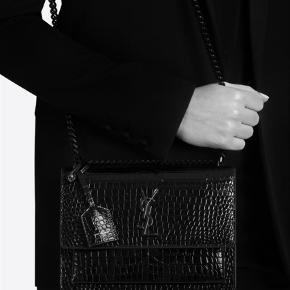 Varetype: Håndtaske Størrelse: Medium Farve: Sort Kvittering haves.  Sælger denne smukke ysl taske  Model sunset crocodile  Brugt 2-3 gange  Np 15000  Alt medfølger  Mp 12000 Fast pris