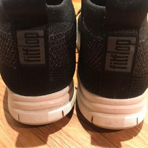 Smart sneakers i sort med lurex   Kun brugt et par gange , så er overhovedet ikke slidt .  Ny pris 995 kr