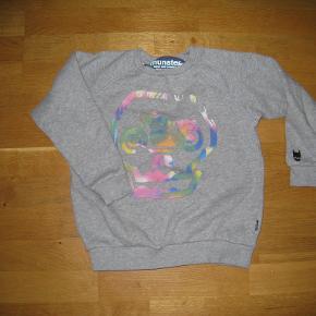 Ny sej sweatshirt fra Munsterkids. Den er vasket en enkelt gang, men er ikke blevet brugt.