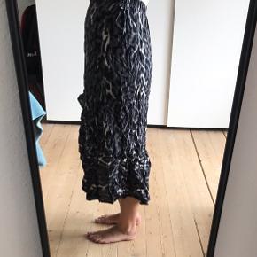 Fin leopard mønstret nederdel i sort, hvid og grå. Har flæse på tværs.  Sælges da jeg ikke får den brugt.