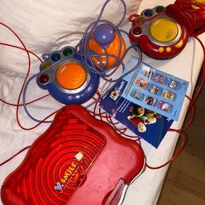 Jeg sælger denne perfekte V- tech maskine til dig med to børn mellem 4-9 år! Der kommer de spil med som kan ses på billederne som alle sammen er lærerige og interessante for børnene! Sælges meget billigt, og i rigtig god stand inkl. 2 konsoller og alle de spil på billedet.  Er villig til at sende med posten, eller mødes i Aarhus😍  BYD - kom endelig med realistiske bud