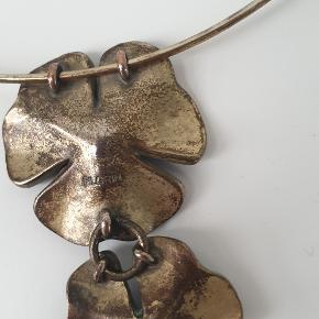 Flot blomster halskæde / hals ring fra Pilgrim  Den fremstår flot trods lidt misfarvning, se billederne  den sælges for  65kr den kan sendes som alm. brev porto for 20kr eller med DAO for 38kr