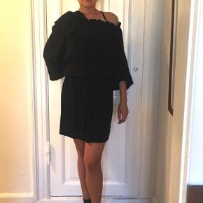 Designers remix kjole str 36. Jeg er en 34 og den er lidt stor