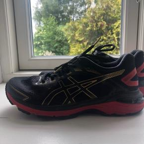 Fed og god løbesko, der sagtens kan bruges som sneakers. Købt for lille (den er lille i størrelsen), derfor kun brugt to gange.