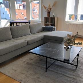 Flot Bolia Scandinavia 3 1/2 pers. sofa i lysegrå med Chaiselong (højre). Sofaen har ekstra rygkomfort (skum) og normal siddehøjde. 2 år gammel, men i perfekt stand. Sofaen måler:  Dybde: 92 cm  Bredde: 293 cm  Dybde ved chaiselong: 157 cm   Pris: 6000 kr. (nypris: 22.649).
