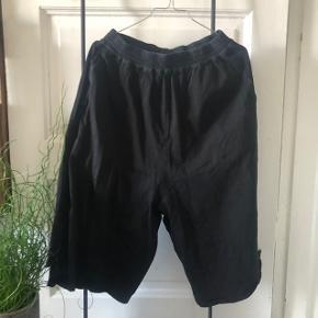 Barbara Alan shorts 🖤   Går til knæerne når man er 175 cm   Fejler intet