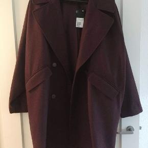 Lækker jakke i uldmix (64% uld, 24% polyester og 12% andet materiale). Størrelsen er tættere på en L/XL end en M, da den er oversized, derfor er den lagt op som en L. Dette er min mindstepris, da den er virkelig lækker og god kvalitet, købt for over det dobbelte, aldrig er brugt og stadig har prismærke på😊