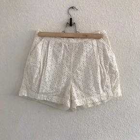 Fine shorts i mønstret stof.