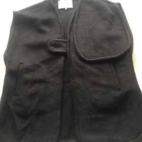 ecf54af6da7 Varetype: Slag jakke poncho Størrelse: 8år Farve: Sort Oprindelig købspris:  979 kr