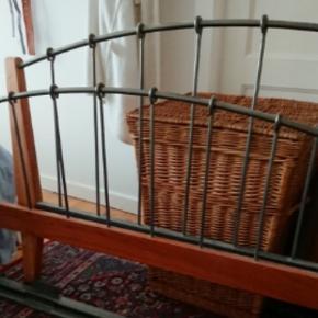 Sengestel som passer en seng på 140 x 200, det er til en boks madras og det afhentes i Herlev