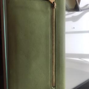 Sælger denne smukke grønne pung fra Mulberry. Der er stadig klister på de indvendige gulddele.