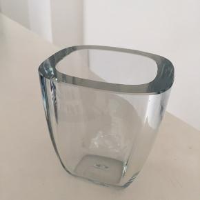 Super lækker gammel vase. 13 cm høj og 11 og 12 cm foroven.