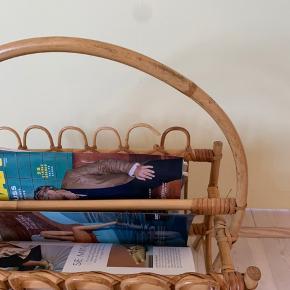 Verdens fineste magasinholder i bambus/flet/rattan til alle dine yndlings magasiner. Den har en lille skade i noget flet (se foto), men kan sikkert limes.