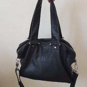 Super skøn taske i det fineste bløde sorte skind, men desværre passer størrelsen ikke til mit behov. Der er plads til mere end i en bumbag, men mindre end en shopping bag. Bytter desværre ikke - sælger til højest bydende over minimumspris.