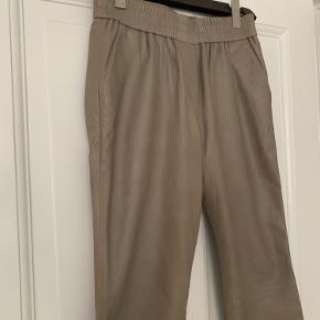 Beige læder bukser fra second female str. m, fitter også S da der er god elastik i taljen.