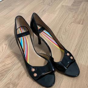 Varetype: Pep toe Farve: Sort  Kun brugt en gang, sælges da jeg ikke får dem brugt. Højde på hæl er 8-8,5 cm.