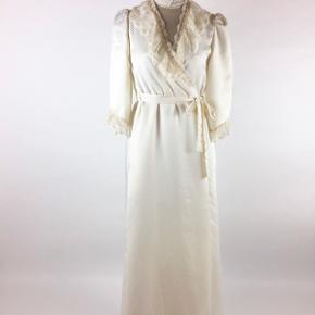Så smuk Miss Dior robe fra 1980'erne sælges med de fineste lace detaljer. Vil både passe en small og en medium.