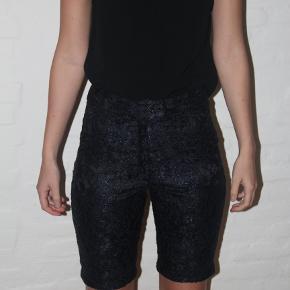 Byd gerne:)) Pæne sorte og navy blondeshorts fra det tidligere mærke, Yde Copenhagen. De er en str. 38  Lækre shorts opkøbt fra restlager sammen med meget andet lækkert tøj, tjek gerne min shop for mere:)) Designer: Ole Yde