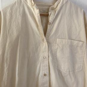Blød lange skjorte fra Popupshop i en pastel gul farve, passer almindelig S. Tror den er 100% bomuld.  Skjorten har nogle enkelte pletter—jeg prøvede at fange dem i billederne. Har ikke forsøgt at fjerne dem ordenligt :)   ———————————————————————  Se mine andre annoncer!  ARKET, & Other Stories, Rodebjer, Samsøe & Samsøe, ARQ, Monki, H&M, Nike, Zara, Ray Ban, Won Hundred, ENVII, American Apparel